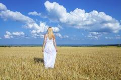 Ganzaufnahme eines schönen jungen Mädchens in einem weißen Kleid Stockfotos
