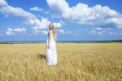 Ganzaufnahme eines schönen jungen Mädchens in einem weißen Kleid Lizenzfreies Stockbild