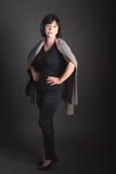 Ganzaufnahme-reife dunkelhaarige Frau mit einem ernsten Ausdruck Lizenzfreies Stockbild