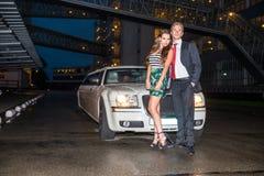 Ganzaufnahme von den eleganten jungen Paaren, die in vorderem O stehen Lizenzfreie Stockbilder