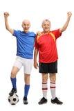 Ganzaufnahme von zwei älteren Fußballspielern, die Glück gestikulieren Stockfoto