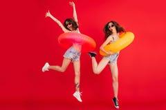Ganzaufnahme von zwei lustigen Sommermädchen lizenzfreies stockfoto