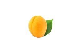 Ganze Aprikose mit Blatt auf weißem Hintergrund lizenzfreie stockfotografie