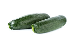 Ganze frische Zucchini lokalisiert auf Weiß Stockfoto