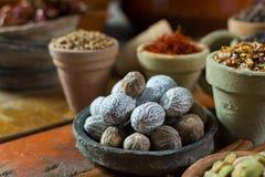 Ganze getrocknete Muskatnuss des geschmackvollen Wintergewürzs, herein benutzt als Bestandteil stockfotos