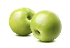 2 ganze glatte grüne Äpfel lokalisiert auf weißem Hintergrund Stockfotografie