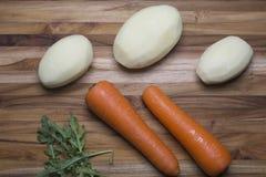 Ganze Kartoffeln und Karotten Lizenzfreie Stockbilder