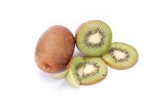 Ganze Kiwi und seine geschnittene Segmente lokalisiert stockfoto