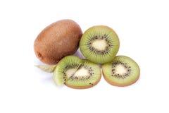Ganze Kiwi und seine geschnittene Segmente lokalisiert auf weißem backg lizenzfreie stockfotos