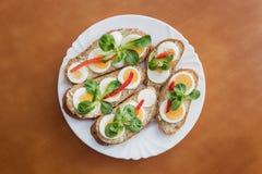 Ganze Kornsandwiche verziert mit gehacktem Ei, rotem Pfeffer und Kopfsalatsalat Lizenzfreies Stockbild