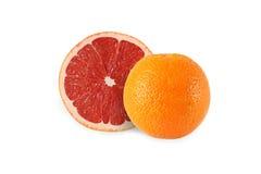 Ganze orange und geschnittene Pampelmuse lokalisiert stockfoto