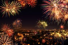 Ganze Stadt, die mit Feuerwerken feiert Lizenzfreies Stockbild