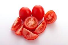 Ganze Tomaten und Scheiben von Tomaten Stockbild