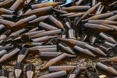 Ganze und defekte braune Flaschen werden auf Asphalt zerstreut Konzept: Abfallaufbereitung, Beseitigung des Abfalls lizenzfreie stockfotografie