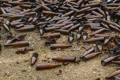 Ganze und defekte braune Flaschen werden auf Asphalt zerstreut Konzept: Abfallaufbereitung, Beseitigung des Abfalls stockbild
