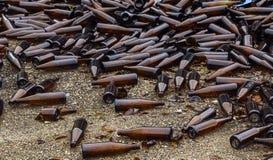 Ganze und defekte braune Flaschen werden auf Asphalt zerstreut Konzept: Abfallaufbereitung, Beseitigung des Abfalls stockfotos