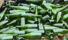 Ganze und defekte grüne Flaschen, Lügenberg auf Pflasterung Konzept: Abfallaufbereitung, Beseitigung des Abfalls und Glasgegenstä stockbilder