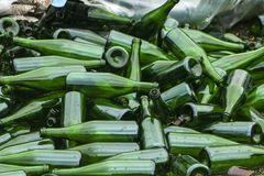 Ganze und defekte grüne Flaschen, Lügenberg auf Pflasterung Konzept: Abfallaufbereitung, Beseitigung des Abfalls und Glasgegenstä lizenzfreies stockbild