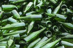 Ganze und defekte grüne Flaschen, Lügenberg auf Pflasterung Konzept: Abfallaufbereitung, Beseitigung des Abfalls und Glasgegenstä stockfotografie