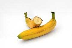 Ganze und geschnittene Banane lokalisiert lizenzfreie stockfotografie