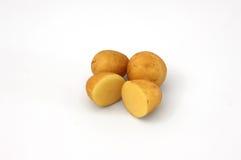 Ganze und geschnittene Kartoffeln lokalisiert stockbilder