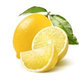 Ganze Zitronen-, Hälfte- und Viertelscheibe lokalisiert auf Weiß Stockbilder