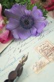 Ganzepen en antieke brieven met anemoonbloemen Stock Fotografie