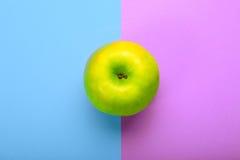 Ganzer Apfel auf buntem Hintergrund Lizenzfreie Stockfotografie