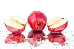 Ganzer Apfel der roten Äpfel und cutted auf weißer Hintergrund lokalisiertem Abschluss herauf Makro lizenzfreies stockfoto