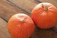 Ganzer frischer Kürbis oder Kürbis des Herbstes zwei Stockbild
