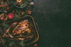 Ganzer gebratener Truthahn, angefüllt mit Trockenfrüchten in der Bratwanne für Weihnachtsessen, gedient auf dunklem Tabellenhinte stockbilder