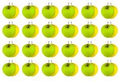 Ganzer grüner Apfel der Frucht auf einem Hintergrund des gelben Herbsterntesymbols Stockfotografie