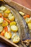 Ganzer Kabeljau mit Gemüse Stockfoto