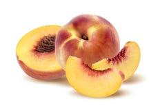 Ganzer Pfirsich, Hälfte und Viertel auf weißem Hintergrund Lizenzfreie Stockfotos