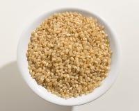 Ganzer Sprödigkeits-Reis-Samen Draufsicht von Körnern in einer Schüssel weiß Stockbild