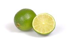 Ganzer Zitrusfruchtkalk und -hälfte auf dem weißen Hintergrund lizenzfreies stockbild