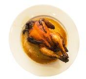 Ganzes Brathähnchen für Abendessen in einer keramischen Platte Lizenzfreie Stockfotografie