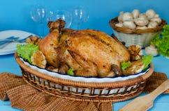 Ganzes briet das Huhn, das mit Buchweizen und Pilzen angefüllt wurde Lizenzfreies Stockfoto