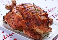 Ganzes gebratenes Huhn mit Speck stockbilder