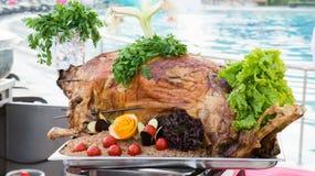 Ganzes gebratenes Lamm mit Gemüse und Reis Lizenzfreie Stockfotos