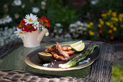 Ganzes gegrilltes Garnelen-Abendessen im Garten Stockbilder