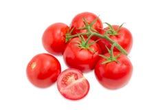 Ganzes, Hälfte und Niederlassung der reifen roten Tomatennahaufnahme Stockfoto