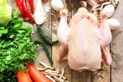 Ganzes Huhn und Gemüse an Bord Stockfotos