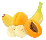 Ganzes und geschnittene Bananen- und Aprikosenfrüchte lokalisiert auf Weiß mit Beschneidungspfad Lizenzfreie Stockfotografie