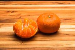 Ganzes und Hälfte abgezogene Tangerinen Lizenzfreie Stockbilder