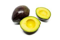 Ganzes und halbe Avocados Stockfotos
