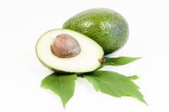Ganzes und halbe Avocados getrennt auf weißem backgrou Lizenzfreie Stockfotos