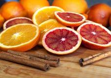 Ganzes und Scheiben der Orange mit Zimt Stockbild