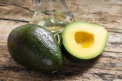 Ganzes und Schnitt in der halben Avocado Lizenzfreies Stockfoto