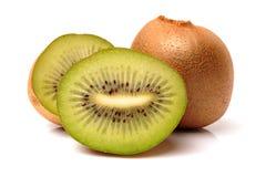 Ganzes und Schnitt goldene Kiwifruit-/kiwi (Actinidia Chinensis) Stockfotos